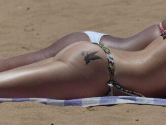 Bräune: zwei Frauenkörper im Sand