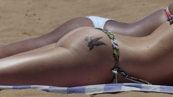 Gebräunte Haut: zwei Frauen am Strand