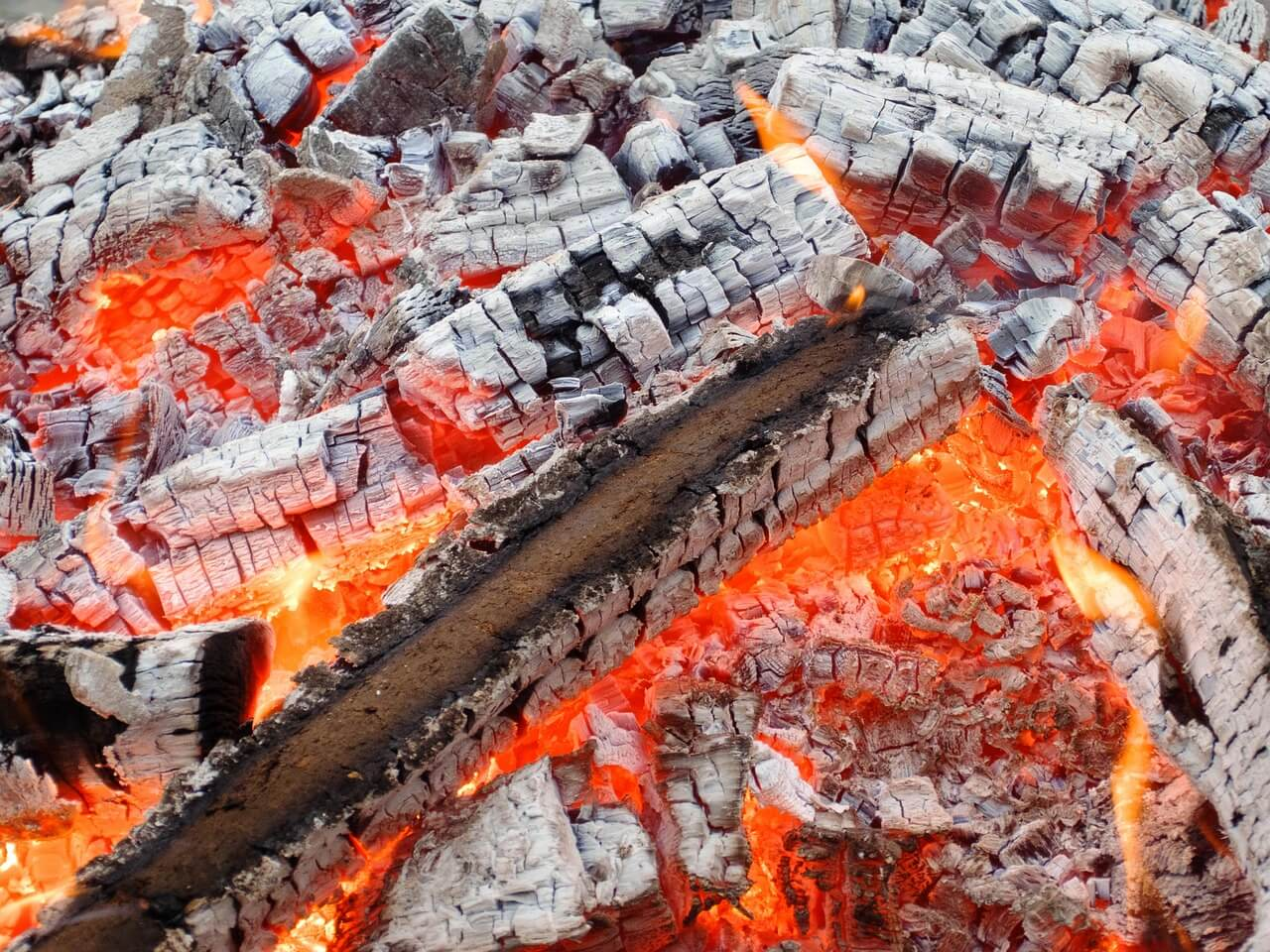 Infrarotstrahlung geht von glühender Kohle aus