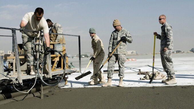Bei Straßenbau ist ein Beispiel für einen Arbeitsplatz im Freien mit hoher UV-Exposition