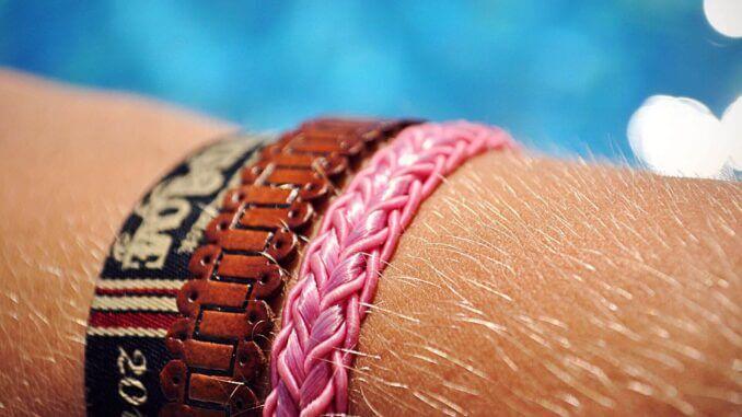 Armbänder als Warnung bei UV-Überdosis