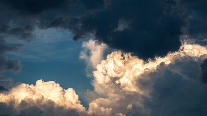 Bedrohlicher Wolkenhimmel als Symbol für die Bedrohung durch ein Melanom